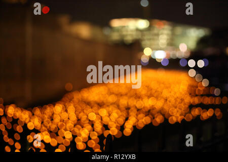 Tower of London, London, UK. 8th Nov 2018. **Abstract view of the flames in the moat and artificial lights** The moat surrounding the Tower of London is filled with thousands of individual flames, which represent the lives of fallen armed service members. The installation called Beyond the Deepening Shadow: The Tower Remembers. 2018 will be 100 years since the end of the First World War 1914-1918. Beyond the Deepening Shadow: The Tower Remembers, Tower of London, London, November 8, 2018. Credit: Paul Marriott/Alamy Live News - Stock Photo