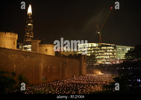 Tower of London, London, UK. 8th Nov 2018. The moat surrounding the Tower of London is filled with thousands of individual flames, which represent the lives of fallen armed service members. The installation called Beyond the Deepening Shadow: The Tower Remembers. 2018 will be 100 years since the end of the First World War 1914-1918. Beyond the Deepening Shadow: The Tower Remembers, Tower of London, London, November 8, 2018. Credit: Paul Marriott/Alamy Live News - Stock Photo