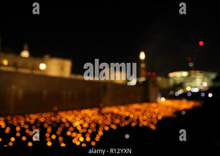 Tower of London, London, UK. 8th Nov 2018. **An abstract view of the flames in the moat and artificial lights** The moat surrounding the Tower of London is filled with thousands of individual flames, which represent the lives of fallen armed service members. The installation called Beyond the Deepening Shadow: The Tower Remembers. 2018 will be 100 years since the end of the First World War 1914-1918. Beyond the Deepening Shadow: The Tower Remembers, Tower of London, London, November 8, 2018. Credit: Paul Marriott/Alamy Live News - Stock Photo