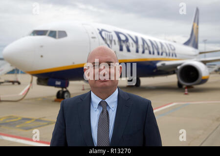 Hahn, Germany. 31st Oct, 2018. Christoph Goetzmann, member of the Hahn management board, stands in front of a Boeing 737 of the Irish company Ryanair at Hahn Airport. The loss-making Hunsrück Airport Hahn is not coming out of the turbulence. The mood is fluctuating. The Chinese investors have now affixed their logo to the terminal. What do passengers and management say? (to dpa-KORR.: 'Vacancies and declarations of love at Hahn Airport' of 09.11.2018) Credit: Thomas Frey/dpa/Alamy Live News - Stock Photo