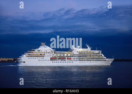 Cruise ship Seven Seas Navigator of the Regent Line leaves the East River, Manhattan, New York City, USA - Stock Photo