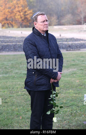 09 November 2018, Thuringia, Weimar: Bodo Ramelow (The Left), Thuringia's Prime Minister, stands with a white rose at the commemoration ceremony in memory of the victims of the pogrom night of 1938. On an area west of the roll call square of the Buchenwald concentration camp, the SS gathered 9,845 prisoners in a special camp. Photo: Bodo Schackow/dpa-Zentralbild/dpa - Stock Photo