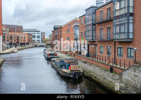 Leeds and Liverpool Canal at Granary Wharf in the city centre of Leeds, UK. The canal is 127 miles long and includes 91 locks. - Stock Photo