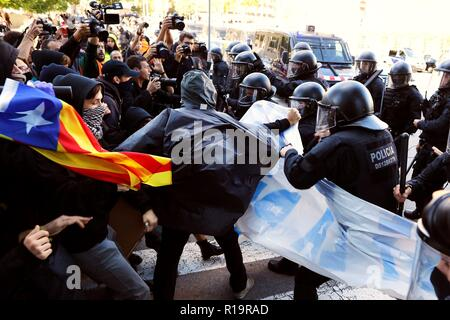 Barcelona, Spain. 10th Nov, 2018. Members of the Committees for the Defense of the Republic (CDR) clash with Catalan regional policemen or Mossos d'Esquadra as they try to march towards the Arc de Triomf to boycott a protest called by the Jusapol police trade union, in Barcelona, northeastern Spain, 10 November 2018. Credit: Alejandro Garcia/EFE/Alamy Live News - Stock Photo