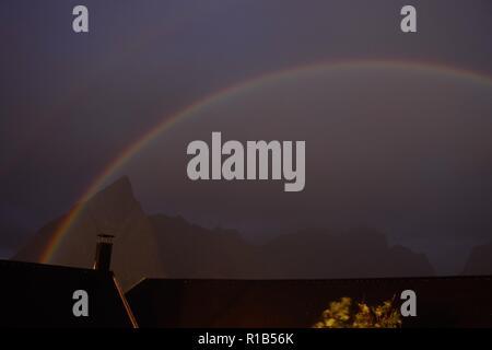 Mondregenbogen, Regenbogen, Norwegen, Reine, Lofoten, Nacht, Vollmond, Himmel, Doppelregenbogen, Regenbogenfarben, grün, rot, gelb, blau, violett - Stock Photo