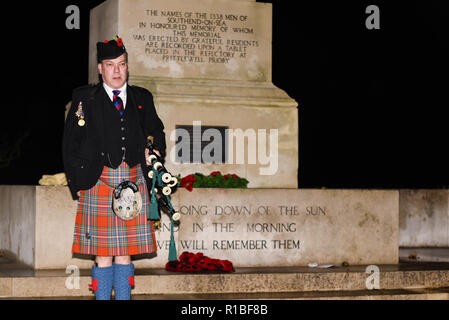 Southend Cenotaph, Clifftown Parade, Southend on Sea, Essex, UK. 11th November 2018. Pipers performed the Scottish Lament 'Battle's O'er' at the Southend Cenotaph at 06:00 as part of an international commemoration called Battle's Over to mark the end of the Great War and the guns falling silent. It will be the start of numerous events on Armistice Day. Piper Iain Allen from the Westcliff Piping Society. Remembrance Sunday. Centenary of the end of World War One, the Great War, the First World War - Stock Photo