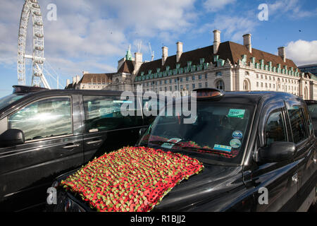 London, UK. 11th Nov, 2018. A taci bedecked with red poppies on Westminster Bridge on Remembrance Sunday. Credit: Mark Kerrison/Alamy Live News - Stock Photo