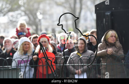 Brighton UK 11th November 2018 -Thousands turned out for the Act of Remembrance Service held at Brighton war memorial . It is the 100 year anniversary today of the ending of World War One on the 11th November 1918 . Photograph taken by Simon Dack Credit: Simon Dack/Alamy Live News - Stock Photo