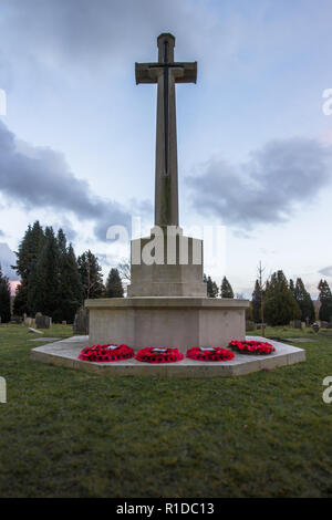 Tunbridge Wells, Kent, UK. 11th Nov 2018. Sunset on 11.11.2018 at the war memorial within Tunbridge Wells cemetry following the laying of the poppy wreaths earlier in the day. Now deserted as the sun goes down Credit: Sarah Mott/Alamy Live News - Stock Photo