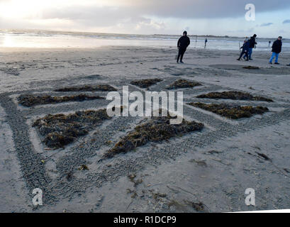 West Wittering Beach Commemorates Armistice DayWest Wittering Estate invited local residents and visitors to join them on Wittering beach to commemorate 100 years since the end of WWI. Inspired by Danny Boyle's 'Pages in the Sea' Ð a national art event Seaweed and raked sand sculpture of the Union Jack. Contributor:  Gary Blake /  West Wittering Estate /Alamy Stock Photo - Stock Photo