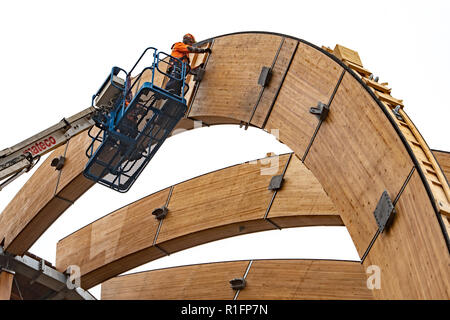 12 November 2018, Bavaria, Steinberg am See: A man is working on one of the arches of a 40 metre high wooden observation tower. The initiators want to open their wooden experience ball before Christmas. Photo: Armin Weigel/dpa - Stock Photo