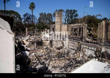 Malibu, California, USA. 12th Nov, 2018. Many houses lie in ruin, this smoke from the ground still seeping out from hot spots in Point Dume, CA. Credit: Chris Rusanowsky/ZUMA Wire/Alamy Live News - Stock Photo