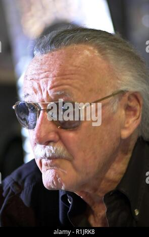 Los Angeles, California, USA. 13th May, 2004. (dpa) - Stan Lee, comic legend of Marvel publishing house, pictured during an autographing session at the 'Electronic Entertainment Expo' (E3), trade fair for video and computer games, in Los Angeles, California, USA, 13 May 2004. Lee is the creator of known comic heros such as 'Spider-Man', 'X-Men', 'The Hulk', 'The Fantastic Four' and 'Daredevil'. | usage worldwide Credit: dpa/Alamy Live News - Stock Photo