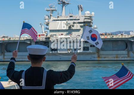 JEJU ISLAND, Republic of Korea, (Oct. 12, 2018) The nimitz-class nuclear-powered aircraft carrier USS Ronald Reagan (CVN 76) pulls in to port at the Republic of Korea (ROK) Navy base in Jeju. Ronald Reagan is forward-deployed to the U.S. 7th Fleet area of operations in support of security and stability in the Indo-Pacific region. - Stock Photo