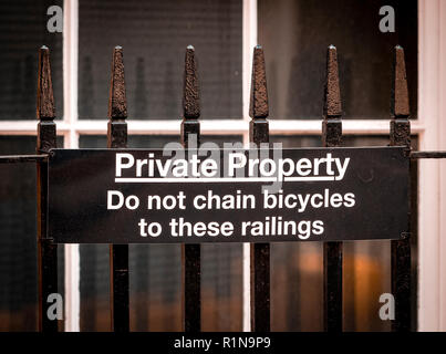 Do Not Chain Bicycles to Railings Sign in City of London, Britain - Stock Photo