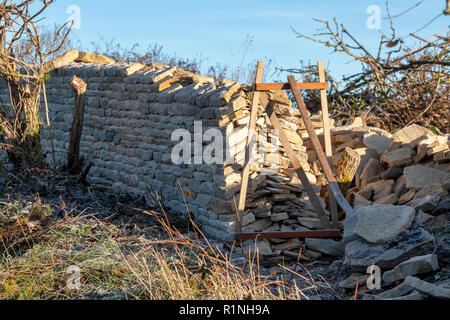 Dry stone wall being built in the Cotswold Countryside. Near stow on the Wold, Cotswolds, Gloucestershire, England - Stock Photo