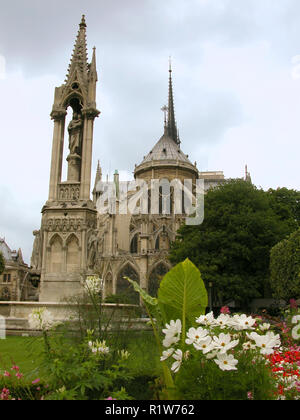 Square Jean XXIII, and the Fountain of the Virgin, with the East end of the Notre-Dame beyond: Ile de la Cité, Paris, France - Stock Photo