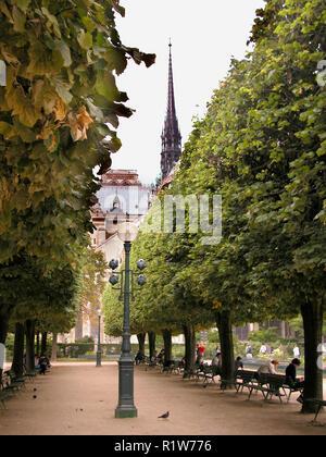 Square Jean XXIII, with the East end of the Notre-Dame beyond: Ile de la Cité, Paris, France - Stock Photo