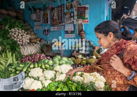 A local woman buying cauliflower in the market of Shimla, the capitol of the state Himachal Pradesh and a very popular hillstation at 2.200 m - Stock Photo