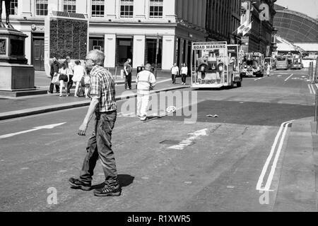 Glasgow/Scotland. May 28th 2018: Line painting roadworks in city - Stock Photo