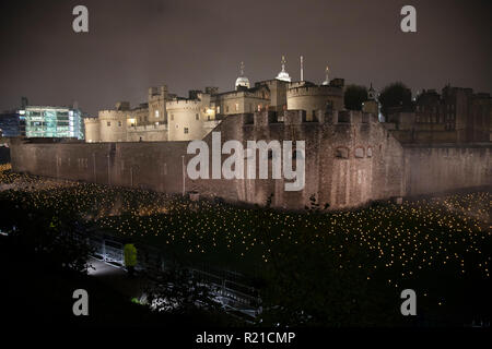 As commemoration of the centenary of the end of the First World War, an installation at the Tower of London, called Beyond the Deepening Shadow: The Tower Remembers fills the moat with thousands of individual flames: a public act of remembrance for those who lost their lives in the Great War, on 4th November 2018 in London, United Kingdom. The tribute will run for eight nights, leading up to and including Armistice Day. - Stock Photo