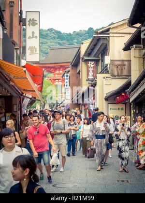 Shops, crowds, and tourists on Matsubara Dori (Matsubara Dori Street) near Kiyomizudera Temple in the Higashiyama district of Kyoto, Japan. - Stock Photo