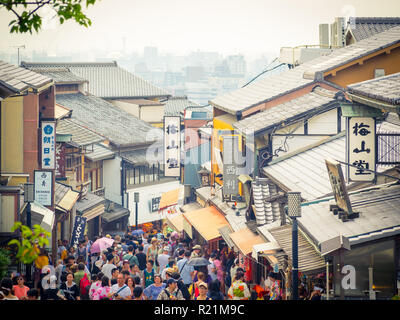 Shops, crowds, and tourists on Matsubara Dori (Matsubara Dori Street) near Kiyomizudera Temple in the Higashiyama district of Kyoto, Japan. - Stock Photo
