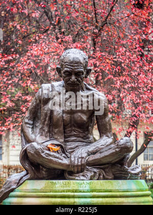 Mahatma Gandhi statue in Tavistock Square Gardens Bloomsbury London. Sculpted by Fredda Brilliant and installed in 1968 - Stock Photo
