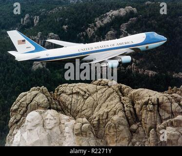 SAM 28000, one of the two VC-25s used as Air Force One, The US presidential aircraft, flying over Mount Rushmore in February 2003. - Stock Photo