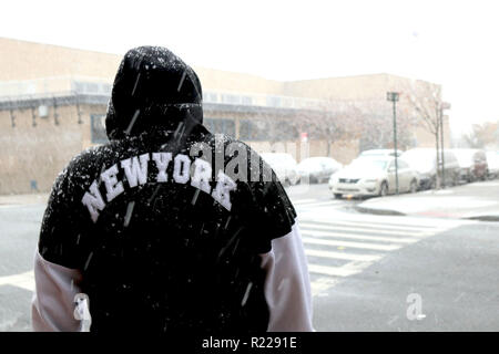 New York, New York, USA. 15th Nov, 2018. City residents are in for the first snowfall of Winter 2019 on 15 November 2018, with 2 to 4 inches expected, making for a difficult commuter for motorists with slippery roads and commuters and pedestrians facing sloppy and windy conditions on their home-bound commute. Credit: G. Ronald Lopez/ZUMA Wire/Alamy Live News - Stock Photo