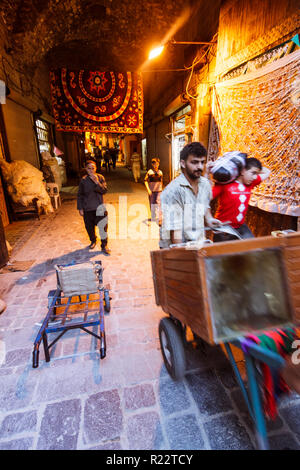 Aleppo, Aleppo Governorate, Syria : People shop at Souq Bab Antakya. At a leghth of seven kilometers, the maze of medieval covered markets is the more - Stock Photo