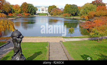 Wade Park in Cleveland, Ohio, USA is filled with fall colors while across the pond stands the stately Cleveland Museum of Art south entrance. - Stock Photo