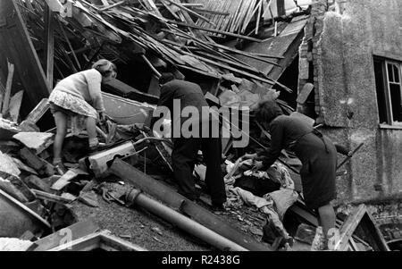 Survivors of the London blitz, 1940; Searching in the ruins of bombed houses. World War two - Stock Photo
