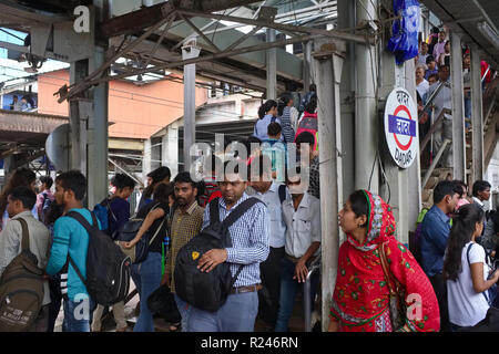 A pre-rush hour crowd of commuters on a platform at Dadar Station in Mumbai, India, - Stock Photo