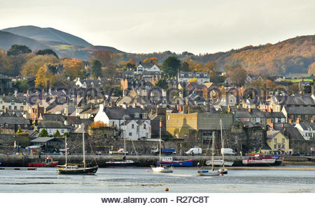 Buildings in the town of Conwy with boats on the Conwy Estuary, Conwy County Borough, Wales, UK. - Stock Photo