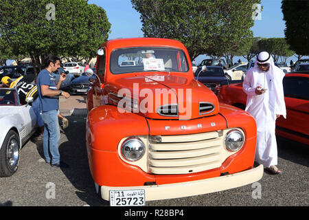 Kuwait City, Kuwait. 17th Nov, 2018. Visitors look at a car at a vintage car show in Kuwait City, capital of Kuwait, on Nov. 17, 2018. About 50 vintage cars are displayed at the show. Credit: Joseph Shagra/Xinhua/Alamy Live News - Stock Photo