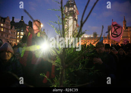 London, UK. 17th Nov, 2018. Thousands of climate activists simultaniously blocked five major bridges in central London today for approx four hours. many protestors were williingly arrested on Lambeth Bridge and Blackfriars Bridge. The gorup calling themselves Extinction Rebellion, moved from Westminster Bridge to Parliament Square to engage in an on mass prayer, followed by the planting of three trees in the middle of Parlaiment Square. Credit: Natasha Quarmby/Alamy Live News - Stock Photo