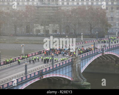 London, UK. 17th Nov, 2018. Climate change protesters on Lambeth Bridge; London, UK; 17th November 2018 Credit: Kay Ringwood/Alamy Live News - Stock Photo