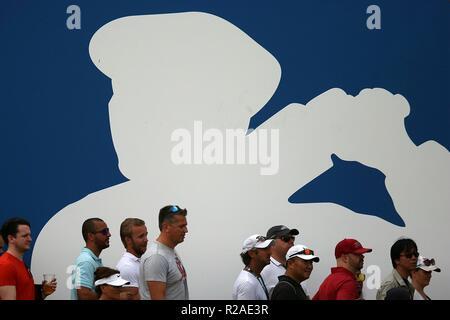 Dubai, United Arab Emirates. 17th Nov, 2018. Spectators watch the game during the third round match of DP World Tour Championship European Tour Golf tournament 2018 at Jumeirah Golf Estates in Dubai, United Arab Emirates, Nov. 17, 2018. Credit: Mahmoud Khaled/Xinhua/Alamy Live News - Stock Photo