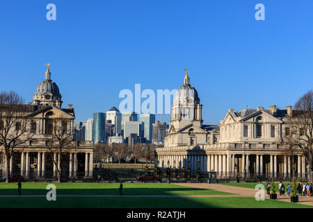 Greenwich Park, London, UK, 18th Nov 2018. People stand and watch the sunset by the General Wolfe statue, with panoramic views from the hilltop towards Canary Wharf. - Stock Photo