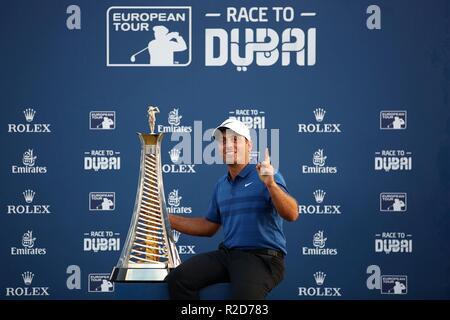 Dubai, United Arab Emirates. 18th Nov, 2018. Italy's Francesco Molinari poses with the Race to Dubai trophy during day four of the DP World Tour Championship at Jumeirah Golf Estates in Dubai, United Arab Emirates, Nov. 18, 2018. Credit: Mahmoud Khaled/Xinhua/Alamy Live News - Stock Photo