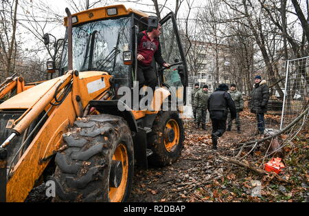 Moscow, Russia. 19th Nov, 2018. MOSCOW, RUSSIA - NOVEMBER 19, 2018: Employees of a private security company and police officers during a protest organized by residents of Moscow's Kuntsevo District against construction of a 28-storey residential building by PIK Group at 20 Ivana Franko Street. Maxim Grigoryev/TASS Credit: ITAR-TASS News Agency/Alamy Live News - Stock Photo