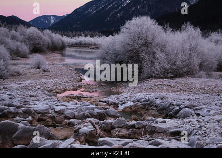 Ein Bach in den Bergen Winteranfang - Stock Photo