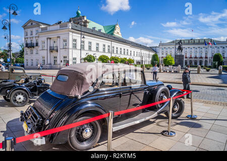 streets of Warsaw '44 historical exhibition of period paraphernalia duing the Warsaw Uprising, historical vehicles at the Potocki Palace oposite the P - Stock Photo