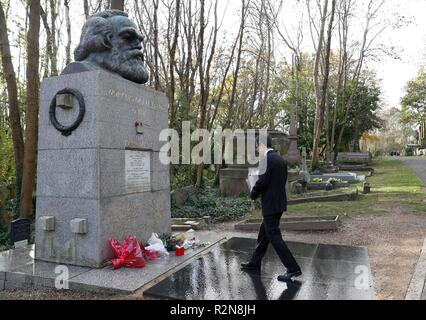 London, Britain. 19th Nov, 2018. Charge d'Affaires Zhu Qin of the Chinese Embassy to Britain, pays tribute at an event commemorating the 200th anniversary of Karl Marx's birth in front of the grave of Marx at Highgate cemetery in northwest London, Britain, on Nov. 19, 2018. The Chinese Embassy donated a number of books on contemporary China and on the Communist Party of China to the Marx Memorial Library. Credit: Han Yan/Xinhua/Alamy Live News - Stock Photo