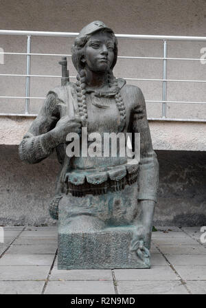 Tirana, Albania. 28th Oct, 2018. The bronze figure of a female freedom fighter stands on the outdoor area of the National Gallery. Tirana is the capital of Albania. Credit: Peter Endig/dpa-Zentralbild/ZB/dpa/Alamy Live News - Stock Photo