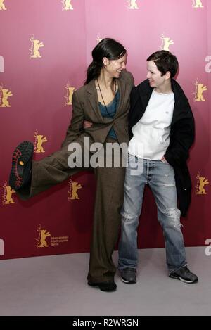 SABINE TIMOTEO & JULIA HUMMER GHOSTS PHOTOCALL BERLIN FILM FESTIVAL 2005 BERLIN GERMANY 15 February 2005 - Stock Photo
