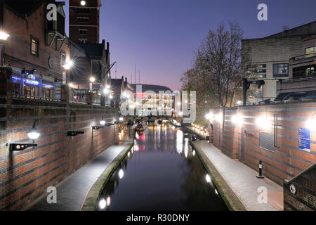 A night time, shot of the Old Main Line canal in Birmingham city center as it passes through Brindley Place. the area is illuminated with street light - Stock Photo