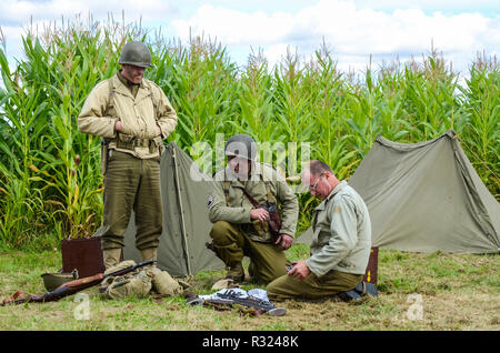 Second World War US Army recreation. Re-enactors in period battledress uniform with tent and equipment - Stock Photo