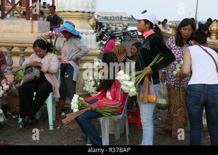 Lotus-bud sellers, Dorngkeur Shrine, Riverside Park, Phnom Penh, Cambodia - Stock Photo